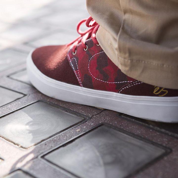 és footwear accent red