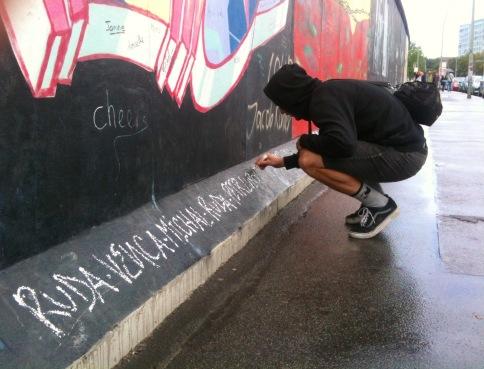 Tenhle snímek je z Berlína, kde writer nemohl nechat berlínskou zeď jen tak. Snad tam jsme dodnes, pamatuji si nechápající reakce nějakých sovětských turistů.