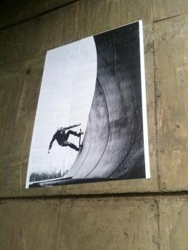"""Stal jsem se prostředkem """"neznámého"""" chomutovského streetartisty na snímku známého chomutovského fotografa."""