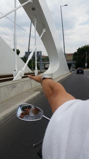 Při jízdě na motorce ukazuji na trojský most spolujezdci že v tom radiusu musím něco dát, stihl to ještě vyfotit magor
