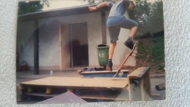 Tak 10 let stará fotka, mi kdysi udělal děda ještě u nás ve skateparku v Rakovníku