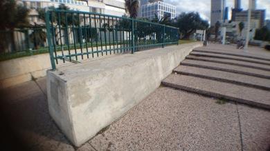 DNebo dlouhá,mírně zkosená zeď